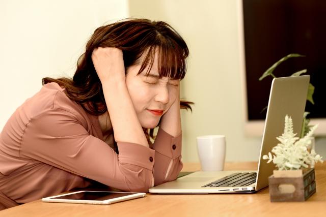 仕事と子育ての両立で悩む女性